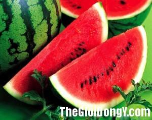 1 watermelon 1392111415732 300x238 Những thực phẩm giúp bạn bù nước một cách hiệu quả