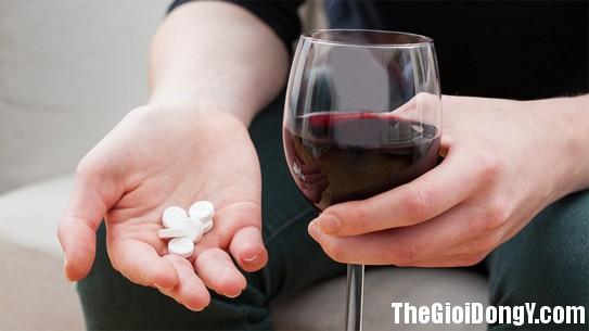 100959 uong thuoc2 5 điều sai lầm khi uống thuốc không chỉ khiến thuốc giảm tác dụng mà còn gây hại sức khỏe