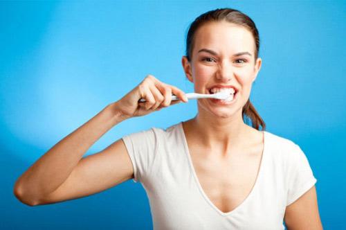 1359755358 vesinhrangmieng3 Những tác hại khôn cùng của việc quên đánh răng