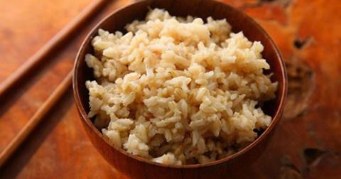 Gao trang va gao lut loai nao bo duong hon 1 1541233000 146 width480height252 Phân biệt công dụng của gạo trắng và gạo lức